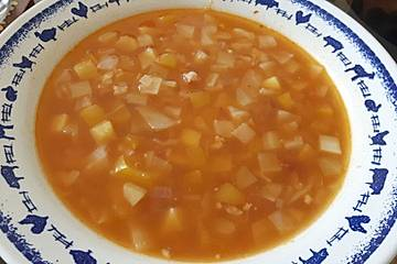 Einfache Weißkohlsuppe mit Paprika und Speck