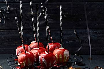 Halloween blutige Äpfel am Stiel