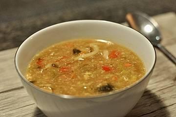 Vegetarische chinesische süß-sauer-scharfe Suppe