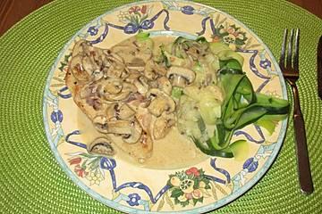 Low-Carb Geflügelschnitzel mit Champignon-Rahmsauce und Zucchininudeln
