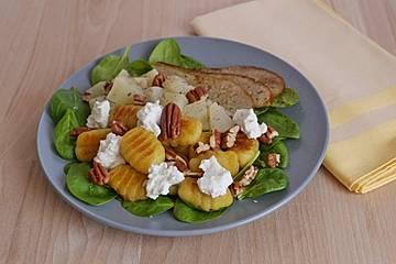 Gnocchisalat mit Birne, Blattspinat, Ziegenfrischkäse und Pekannüssen