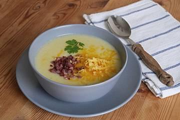 Cremige Kartoffel-Kohlrabi-Suppe mit Cheddar und Speckwürfeln