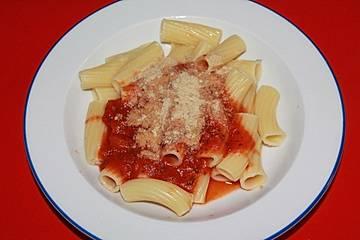 Nudeln mit Tomatensoße und Nuss-Parmesan