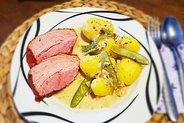 Gepökelter Kaiserbraten aus der Schweinehüfte mit Kartoffeln, würziger Soße und Kaiserschoten