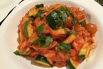 Tomaten-Zucchini-Pfanne mit Hähnchen und Salami