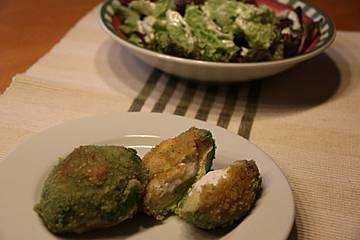 Gebratene, gefüllte Avocado mit Salat
