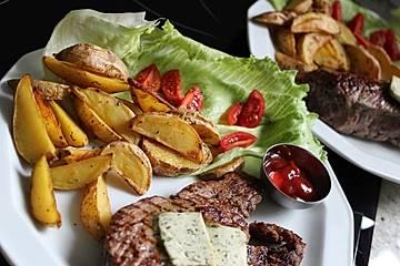 Kartoffelspalten mit Tomatenketchup und Salat