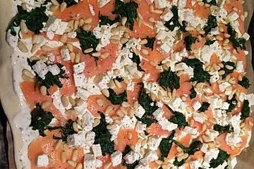 Freds Flammkuchen mit Lachs, Feta, Spinat und Pinienkernen