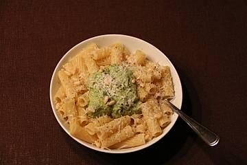 Pasta mit Avocadopesto