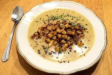 Graukäse-Suppe mit Knoblauchcroutons, Schnittlauch und rosa Beeren