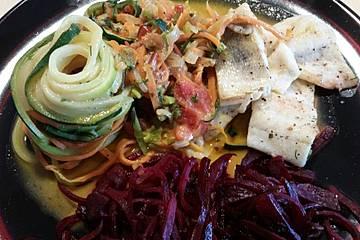 Low-Carb Gemüse-Zoodles mit Fisch