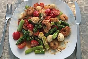 Salat mit grünem Spargel und Garnelen