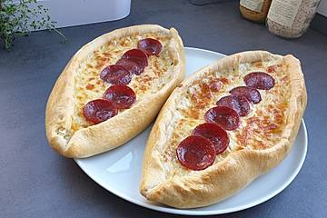 Türkische Pide mit Käse und Sucuk