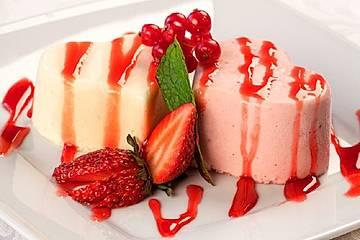 Vegane Panna Cotta mit Eis und Erdbeersoße