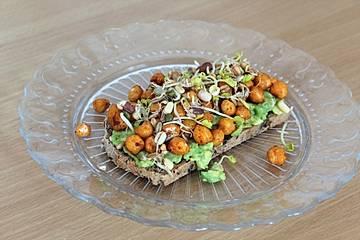 Avocado-Toast mit Kichererbsen und Sprossen