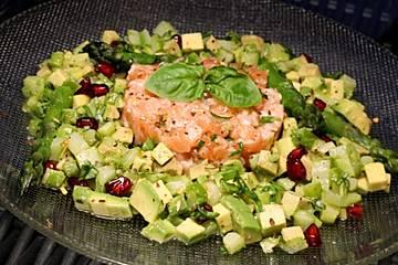 Spargel-Avocado Salat mit Lachstatar