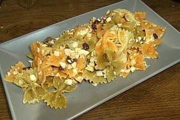 Ensalada de pasta con dátiles y surimi