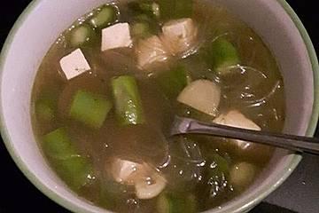 Miso-Suppe mit grünem Spargel, Tofu und Reisnudeln