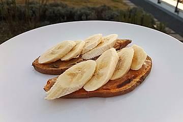 Süßkartoffeltoast mit Banane und Erdnussbutter