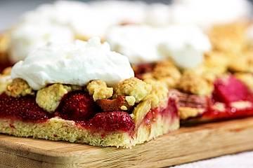 Rhabarber-Erdbeer-Kuchen mit Streuselteig