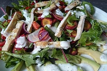 Bunter Salatteller mit Putenfilet