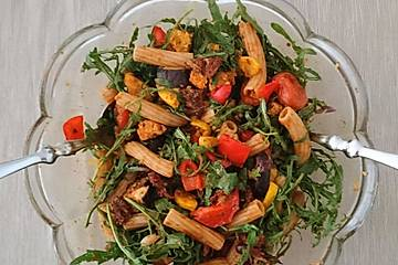 Veganer, warmer Nudelsalat mediterraner Art