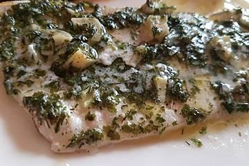 Filet vom Wolfsbarsch aus dem Ofen mit Knoblauch und Peterslie