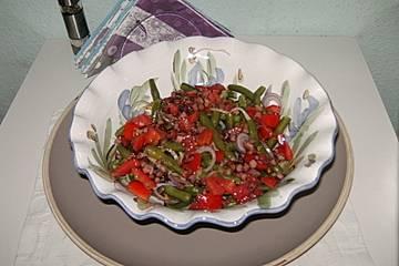 Bohnensalat mit gebratenem Speck und Tomatenwürfeln