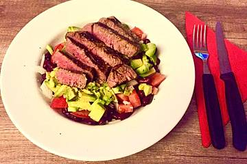 Bunter Avocado-Salat mit Rinderfilet-Streifen