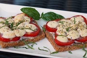 Überbackene Tomate-Mozzarella-Brote mit Crème fraîche