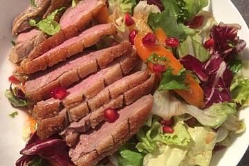 Bunter Salat mit glasierten Möhren, Entenbrust und Granatapfel-Sriracha-Dressing