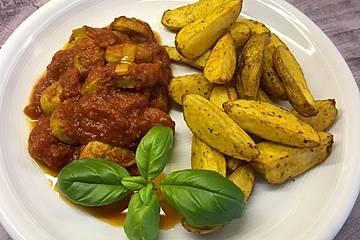 Currywurst-Gulasch mit feiner Bratwurst und Paprika-Kartoffelspalten