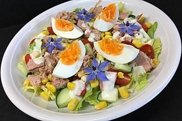 Gemischter Salat mit Thunfisch, Ei und Joghurtdressing