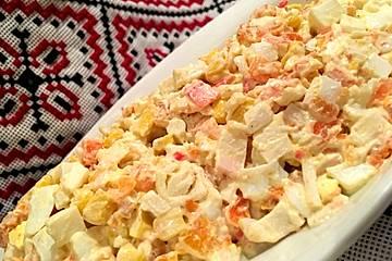 Surimi-Salat mit Karotten und Mais