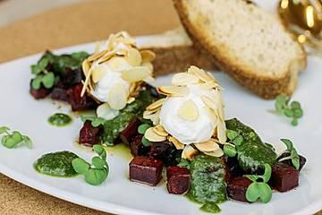 Lauwarmer Rote-Bete-Salat mit Ziegenfrischkäsenocken und Walnusspesto