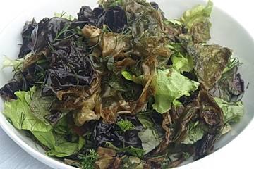 Blattsalate mit feinen Algen