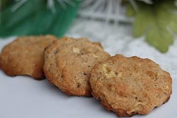 Winterliche Apfel-Walnuss-Cookies mit weißer Schokolade und Zimt