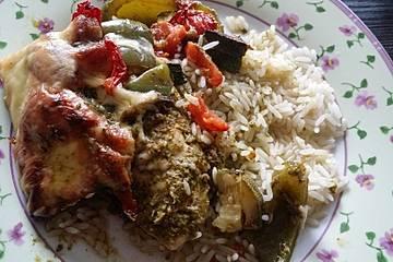 Überbackenes Pesto-Hähnchen mit Ofengemüse