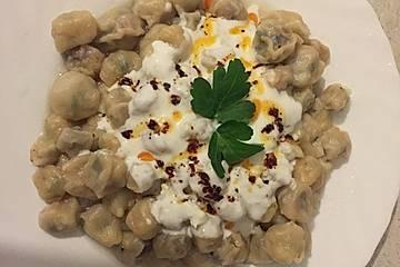 Manti mit Joghurt- und Paprikasoße