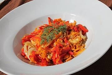 Fetakäse mit Paprika, Karotten und Zwiebeln