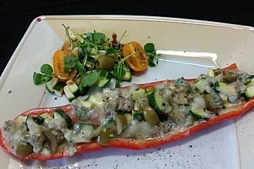 Gefüllte Paprikaschiffchen mit Zucchini, Gorgonzola und Oliven