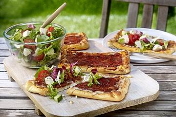 Pizza-Schnitten mit buntem Salat