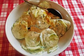 Gurkensalat mit saurer Sahne, Ingwer und Kurkuma