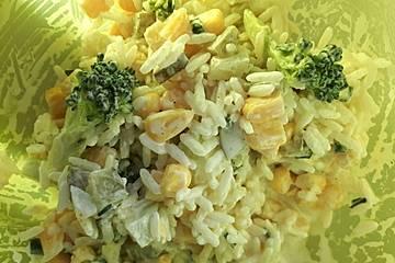 Curry-Brokkoli-Salat mit Mais und Reis