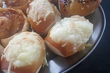 Schnelles Laugenkonfekt mit Käse und Speck