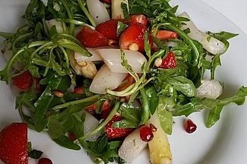 Salat mit Spargel, Erdbeeren, Rucola und Pinienkernen