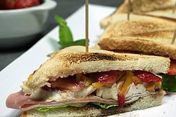 Schinken-Sandwich mit Erdbeeren und Ziegenfrischkäse
