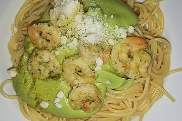 Spaghetti mit Avocadocreme und Garnelen
