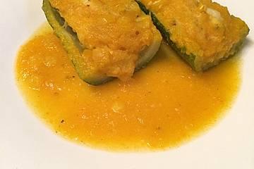 Zucchini-Schiffchen mit Hähnchen in leckerer Soße