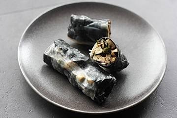 Nori-Reispapier-Frühlingsrolle mit Wakame-Pilz-Füllung